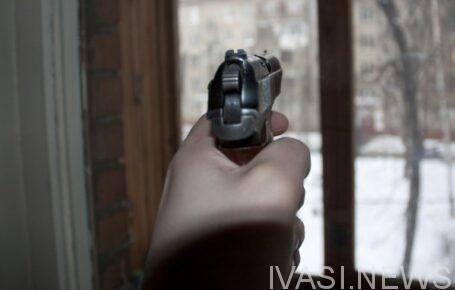 стрелял из окна