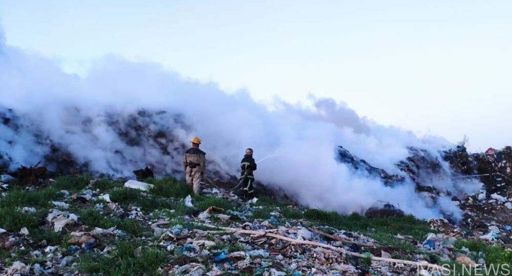Спасатели тушили пожар на свалке в Белгороде-Дестровском