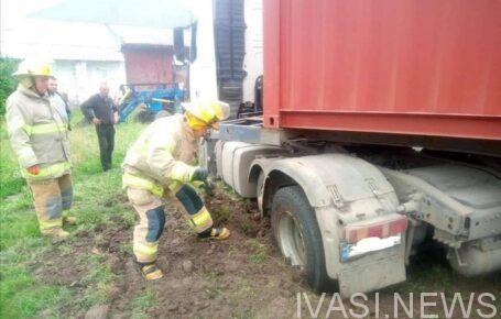 грузовик застрял в болоте