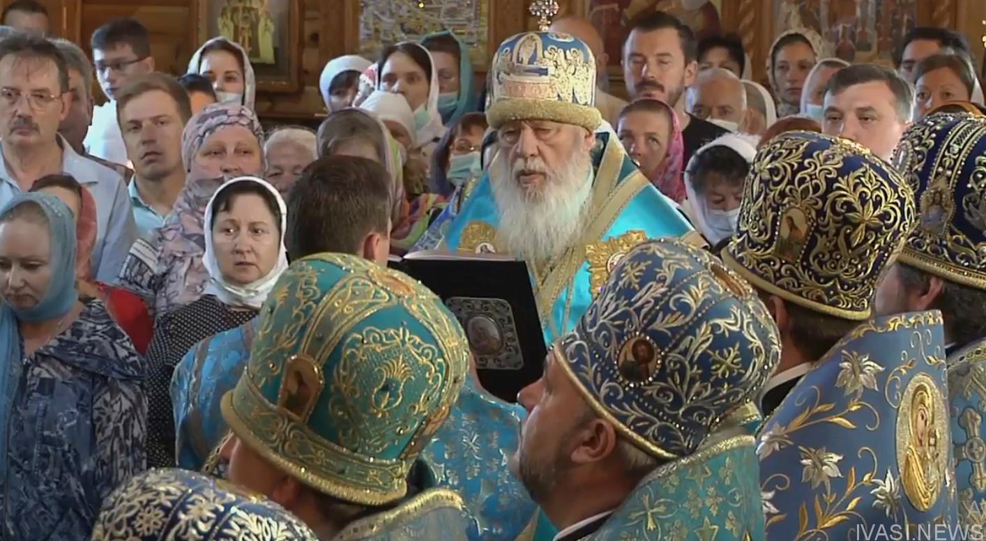Митрополит Агафангел совершил литургию в праздник иконы Споручница грешных