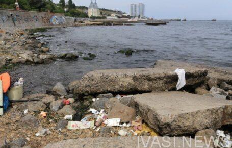 мусор на пляже в Одессе