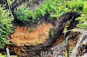 На окраине Одессы дождь промыл провал в катакомбы