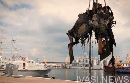 В Одесском порту подняли со дна затонувший катер «Буревестник»